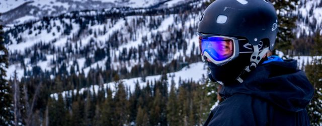 narciarz w kasku goglach i masce