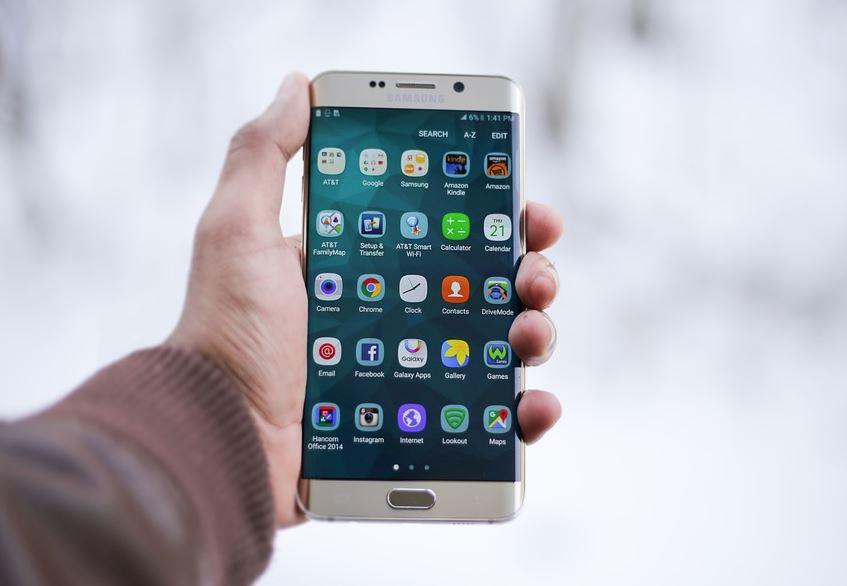 smartfon w ręce